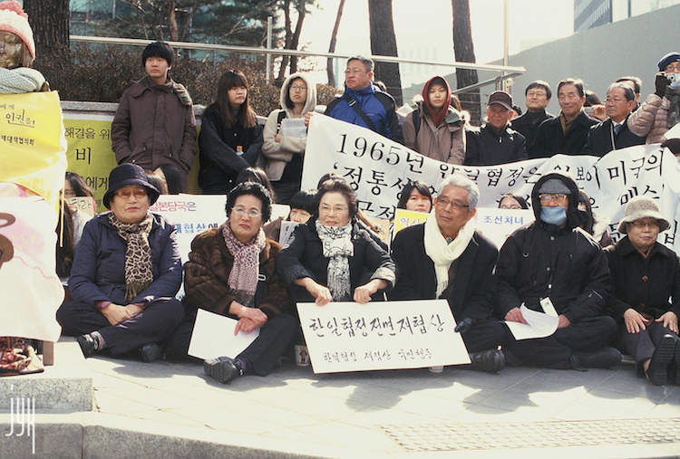 "COMFORTING ""COMFORT WOMEN"": A LOOK INTO THE ""COMFORT WOMEN"" ACCORD BETWEEN SOUTH KOREA AND JAPAN"